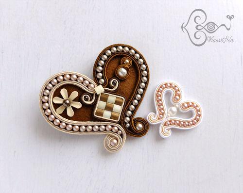 ♥ ♥ ♥ ♥ ♥♥ ♥     もうすぐバレンタイン ♥ …と言うことで。   KaoriNa.オリジナルデザインのハート ♥   ブローチの次は、ミニミニサイズに挑戦してみましたー!   って、まだまだ試作途中ですが… ^^;      いただいた超高級チョコ、デルレイの箱...
