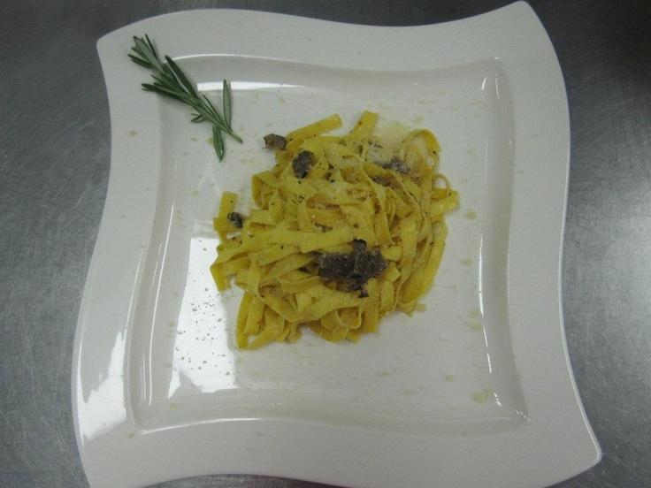 Frische Sommertrüffel und Pasta. / fresh summer truffle (Tuber AESTIVUM VITT.) with pasta.   http://www.buongusto-shop.de/trueffel-und-trueffelprodukte/frischer-trueffel/