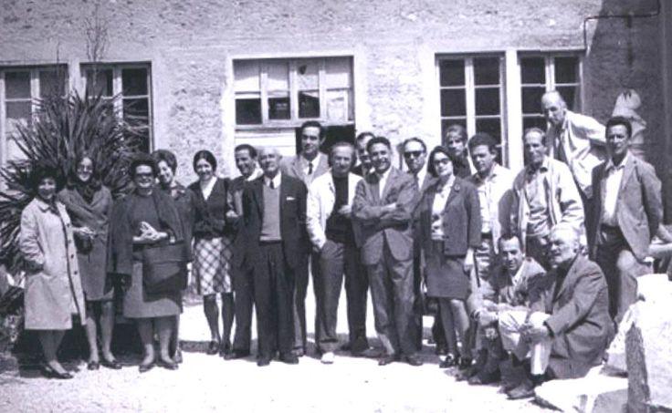 """Un gruppo di insegnanti dell'Istituto d'Arte """"Stagi"""" e della Scuola media annessa, 1968/69. Da sin. A.Orsi, A.M.Tessandori, F.Sraffa, G.Quadrelli, C.Papale, L.De Santis, A.Catarsini, C.A.Lenzi, F.Miozzo, A.Renai, I.Dati, G.Polacci, S.Romagnoli Sardo, F.Signorini, A.Castelli, M.Mariani, A.Tedeschi, E.Dati. Seduti a dx B.Antonucci e Leonida Parma (Flora-Paoli, """"I 130 anni..."""" p.241). Liceo artistico """"Stagio Stagi"""" Pietrasanta."""