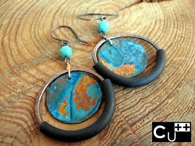 Orecchini di rame con patina blu, mezzo cristallo e caucciù, totalmente realizzati a mano.