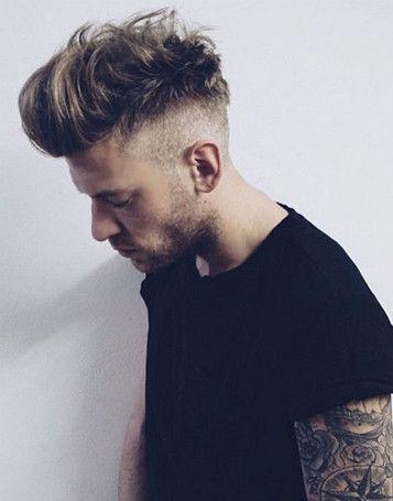 De fade haircut is een kapsel waarbij de zijkanten zijn opgeschoren en de bovenkant verticaal omhoog is gestyled. Je kunt het kapsel met verschillende lengtes dragen. Heb je dik haar? Door de fade haircut oogt het haar frisser en levendiger. Heb je dun haar?Dan kun je je wat dunnere plekken camoufleren met de fade haircut. Lees nu meer -->