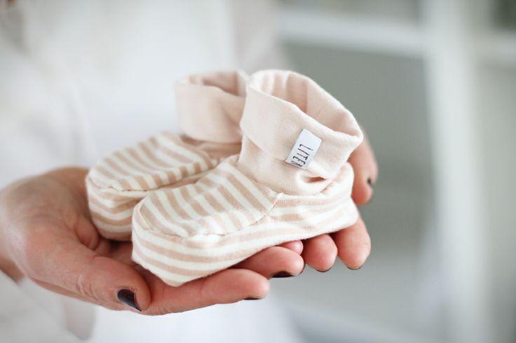 Förutom blå-och-beige-randiga skor och paljettprydda sådana så finns nu också ett par skor i en söt, skär rosa färg med vita ränder. Fler bilder och mer info på litenelsa.blogg.se #skor #barnskor #babyskor #bebisskor #barnkläder #babykläder #bebiskläder #sy #sytt #inspiration #gulligt #sött #litenelsa