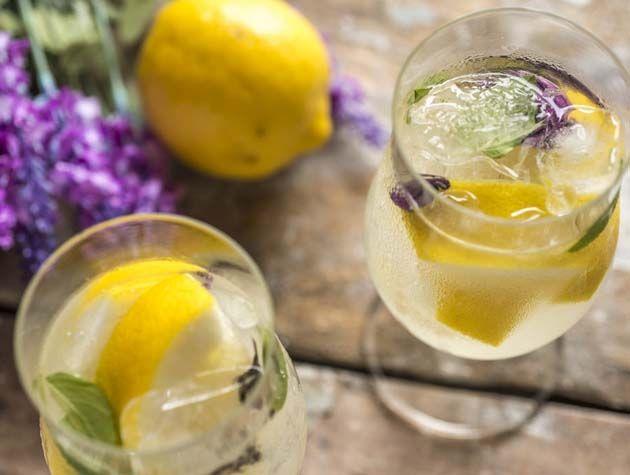 Ingredientes  2 unidades de limão siciliano, cortadas em 4 Açúcar ou adoçante a gosto 20 folhas de folhas de manjericão verde e roxo 100ml de vodca Gelo  Modo de preparo  1. Em um copo grande, macere os pedaços de limão e o açúcar. 2. Adicione o gelo e coloque a vodca. 3. Misture bem para o gelo derreter um pouco. 4. Divida em dois copos e sirva imediatamente.