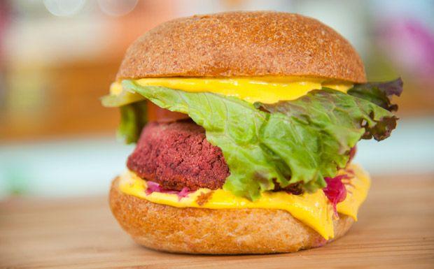 Sanduíche é feito com feijão vermelho e servido no pão sem glúten