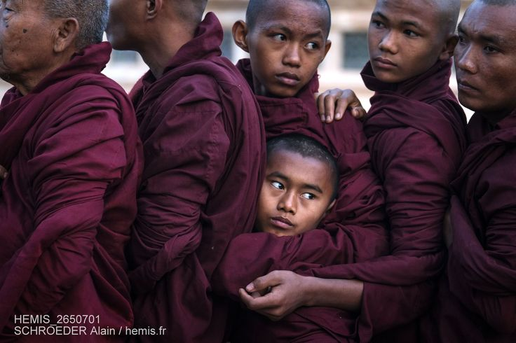 Myanmar, Bagan, province de Mandalay, temple d'Ananda pendant le festival Pyahto, en décembre ou janvier, le matin du jour de la pleine lune, les moines reçoivent des aumônes,  Date prise de vue : 24/01/2016 Crédit : SCHROEDER Alain / hemis.fr