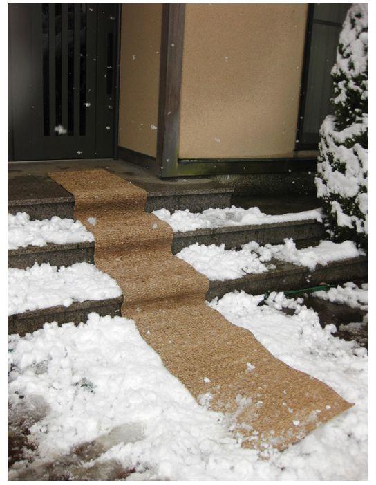 雪による転倒事故を防ぐ為に便利な水草を使用した滑り止めマットです。 玄関先の階段からアプローチまで3mの範囲で対応します。 使わないときは丸めて収納すれば場所も大きくはとりません。