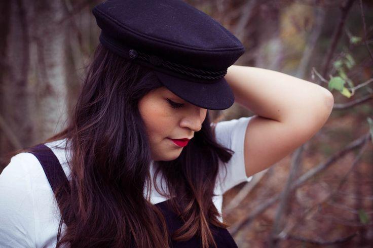 www.goldenweek.de streetstyle winter autumn look red mini bag wool coat dark blue navy cap leather boots peaked cap schirmmütze trend