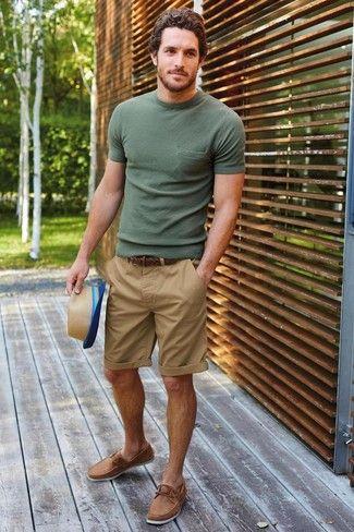 Olivgrünes T-Shirt mit Rundhalsausschnitt, Beige Shorts, Beige Leder Bootsschuhe, Beige Strohhut für Herren