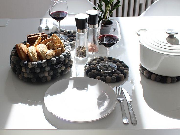 Der Untersetzer in unserer beständigsten Farbe Dark Grey. Die klassische Farbkombination lässt sich für alle Tische verwenden. Dieser Untersetzer ist ein echter Blickfang für Ihre Tafel.