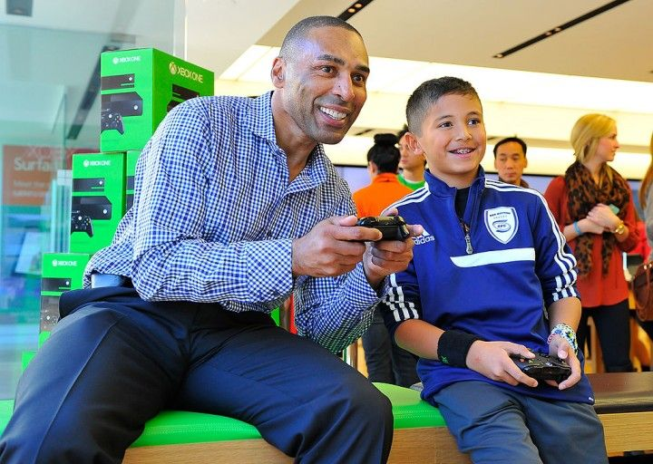 Microsoft Retail Store and Former San Francisco 49ers Roger Craig Host Xbox One Gaming Tournament at Stanford Shopping Center in Palo Alto