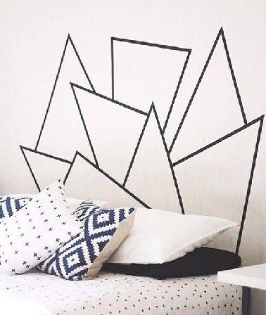 Les motifs géométriques au masking tape sont aussi une solution pour gagner de la place. Dans la chambre, cette technique permet de créer une tête de lit.