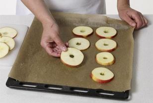 Äpfel trocknen - so geht's Schritt für Schritt - apfelscheiben-auf-backblech-legen