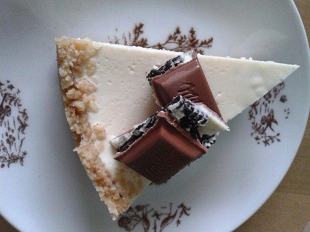 Rozdrtíme sušenky úplně na prášek a zalijeme máslem. Natlačíme a uhladíme v dortové formě i s okraji (cca do půlky formy).Suroviny na náplň dobře...