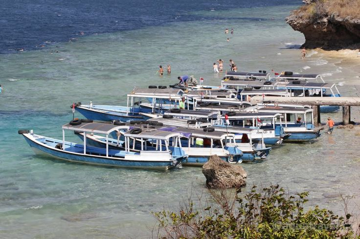 Menjangan, pláž s lodičkami na místě s názvem Pos II. Krásné korálové útesy pro potápění išnorchlování