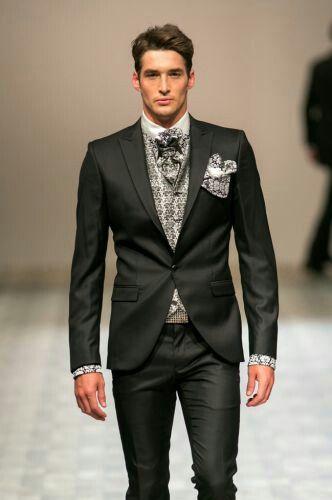 Abito nero composto da pantaloni e da una giacca a monopetto con rever a lancia.