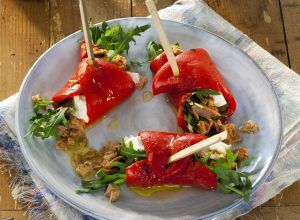 Snijd de paprika's in de lengte door midden.Beleg iedere paprika met een bedje van rucola, een laagje tonijn envervolgens wat geitenkaas. Rol ...