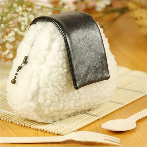 おにぎりポーチは、美味しそうな三角おむすびをモチーフにしたユニークなデザインポーチです。鍵、印鑑、化粧品など様々な小物を収納できるほか、紙幣、小銭などを入れる財布代わりに使うこともできます。