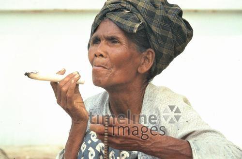 Frau mit Zigarre in Mingun, 1985 Czychowski/Timeline Images #Zigarette #cigarette #rauchen #smoking #Frau #Fotografie #historisch #historical #traditional #traditionell #retro #nostalgic #Nostalgie #Burma #Myanmar #80er #80s #alt #Alter #Kopftuch #Zigarre #Emanzipation #emanzipiert