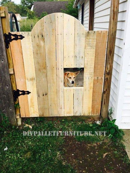 Sectorize your garden using a pallets door