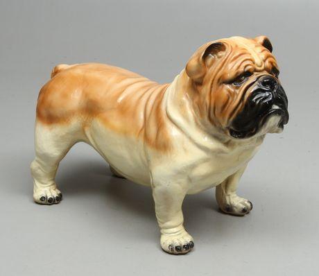 26884. SKULPTUR i form av Engelsk Bulldog, konstmassa, 1900-tal. – Auctionet