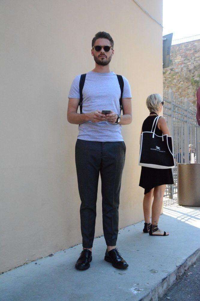 """今回は、夏スタイルのマストアイテム""""Tシャツ""""にフォーカスして注目の最新コーデ&アイテムを紹介! Tシャツ×ネイビーパンツスタイル ホワイトとネイビーで全体をまとめた統一感のあるスタイリング。ハンドバッグもネイビーで統一することでより洗練された雰囲気に。スニーカーのシュータン部分にもブルーを取り入れて。 SUNSPEL(サンスペル) TWO FOLD 60'S 1860年に設立された真正な英国製品を生産する伝統的ブランド「SUNSPEL(サンスペル)」。適度な肉厚感を持ちながらもソフトな着心地を実現したホワイトTシャツ。 詳細・購入はこちら Tシャツ×スウェットパンツコーデ Tシャツにスウェットパンツを合わせたスポーティなコーディネート。全身カットソー素材のリラックス感溢れるスタイリングだが、タイトなサイジングのチョイスによって洗練された雰囲気に仕上がっている。 Tシャツ×クロッパドパンツ×モカシンコーデ 襟ぐりが広めに設計された白Tシャツにブラックのクロップドパンツを合わせた抜け感溢れるモノトーンコーディネート。足元にはモカシンシューズ..."""