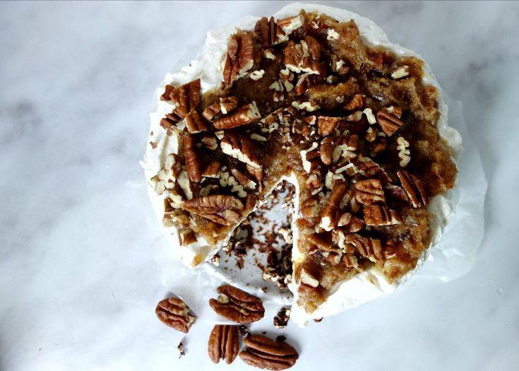 Alweer taart! Met een bodem van gepofte boekweit en extra pure chocolade met daaroverheen een laag cheesecake van Philadelphia roomkaas en Griekse yoghurt, dit alles afgetopt met zelfgemaakte caramel van medjouldadels en pecannoten. Dit heb je nodig voor een cheesecake met karamel pecan topping Voor...