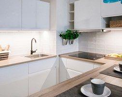 Przytulna kawalerka - Mała otwarta wąska kuchnia w kształcie litery u, styl skandynawski - zdjęcie od DreamHouse