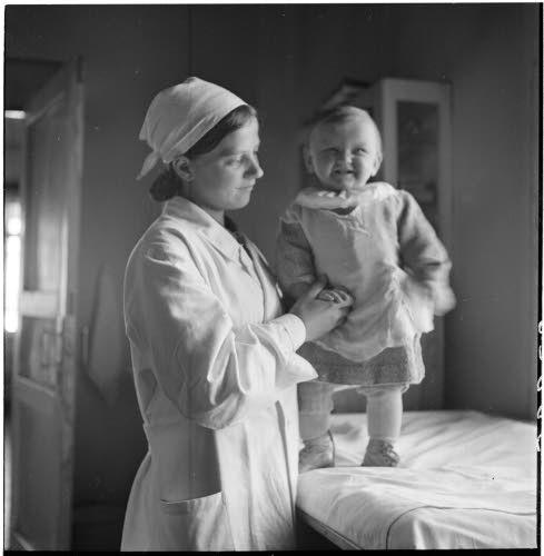 Sairasmaja: 10kk ikäinen Outi Hellevi Henriikka Pyhäjärvi. Sotilaat löysivät hänet 3kk ikäisenä eräästä saunasta Pyhäjärvellä vanhan sokean mummon hoivaamana ja toivat hänet sairasmajan hyvään hoitoon. Vieljärvi 1942.04.27. SA-kuva.