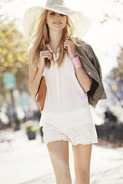Summer Hats, Summer Outfit, Summer Wardrobes, Street Style, White Outfit, Spring Outfit, Floppy Hats, Lace Shorts, Sun Hats