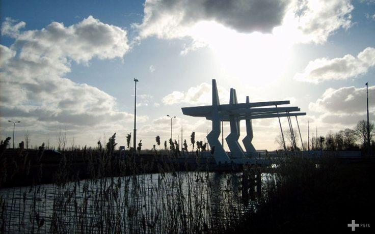 De brug over het Hoendiep ten zuidwesten van de stad Groningen vormt de noordelijke entree van bedrijventerrein Westpoort.