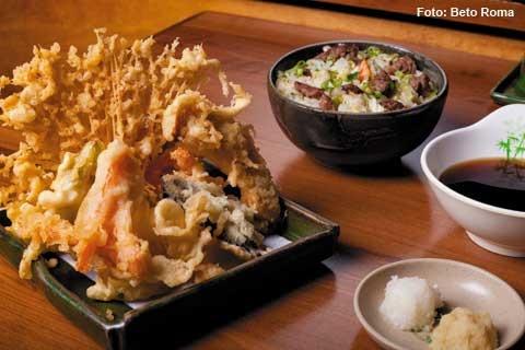 Nik Sushi - Hobata mix (1 espeto de berinjela, 1 espeto de cebola, 1 espeto de queijo coalho e Salmão grelhado – 30 grs), arroz colorido de legumes (jantar)