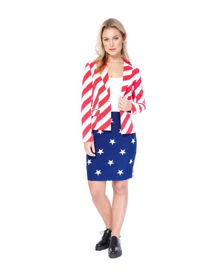 Costume Mrs. America femme Opposuits™ : Ce costume Opposuits™ pour femme se compose d'une veste et d'une jupe (haut et chaussures non inclus). La veste est faite dans un beau tissu à rayures blanches et rouges. Elle...