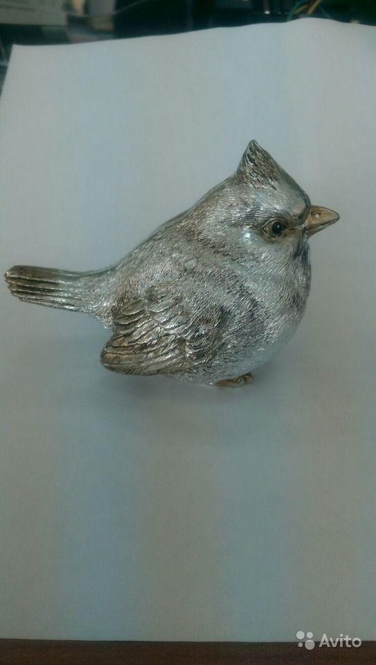 Декоративная серебряная птичка Продаю фигурку птицы (свиристель), размер птицы в натуральную величину. Использовалась, как пресс-папье. Покрытие - глянцевая серебряная краска, не осыпается, без сколов.