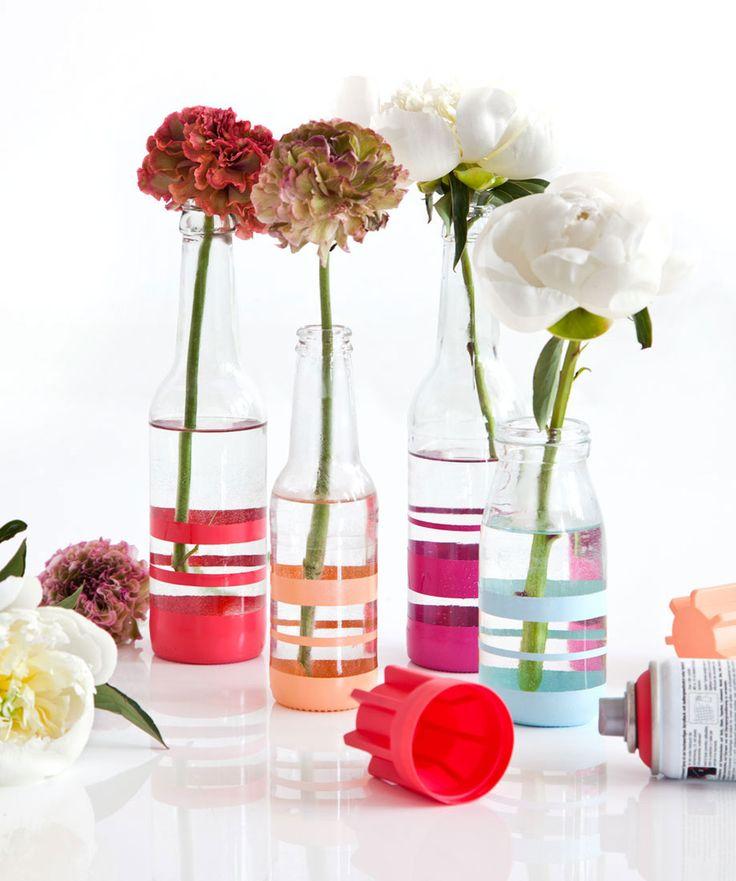 DIY Vases rayés et colorés - Voici une idée simple et déco pour recycler vos bouteilles en verre vides. Suivez notre tutoriel et créez de ravissants vases !