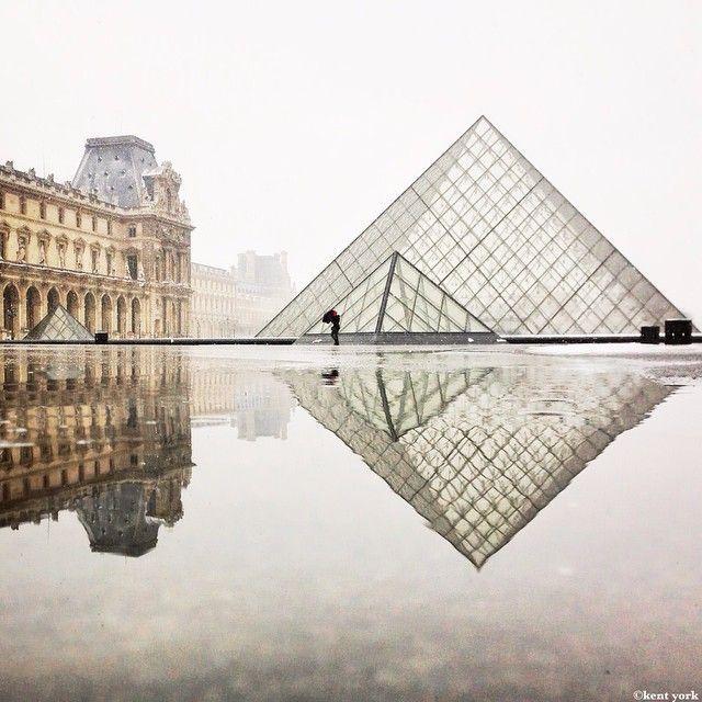 Maravillosa imagen de la pirámide de cristal del Museo del Louvre. París. ¡No dejes de viajar!