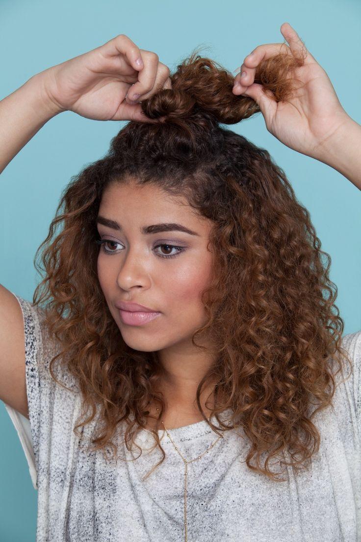 insta @alexaaleixo   .  Meio-coque alto é um penteado informal, fácil de fazer. Basta separar uma parte de cima do cabelo e dar um coque em formato de nó. | All Things Hair - Dos especialistas em cabelos da Unilever