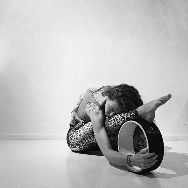 Moonchild Yoga Wheel - Black / White. Yogahjulet är ett effektivt sätt att öppna bröstkorg, axlar, rygg och höftböjaren.  Det övar också upp balans, styrka och flexibilitet. Nu i vår yogashop online. #moonchild #yogahjul #yogawheel #mykarma #props