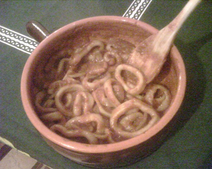 Ingredienti per 4 persone: 500g. di anelli di totano 1 cipolla bianca grande 6 cucchiai di olio evo 300g. di salsa di pomodoro 2 pelati acqua sale peperoncino Procedimento: Tagliate la cipolla bian...