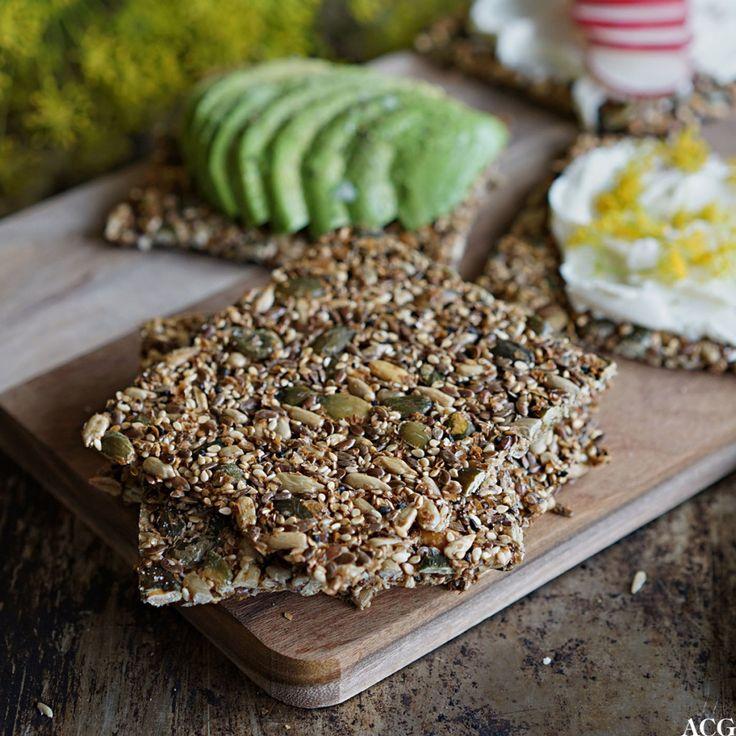 Knekkebrød uten mel er enkelt å lage. Alt du trenger er frø, egg, vann og krydder. Resultatet blir lett og luftig, godt og sprøtt. Spises med favorittpålegg