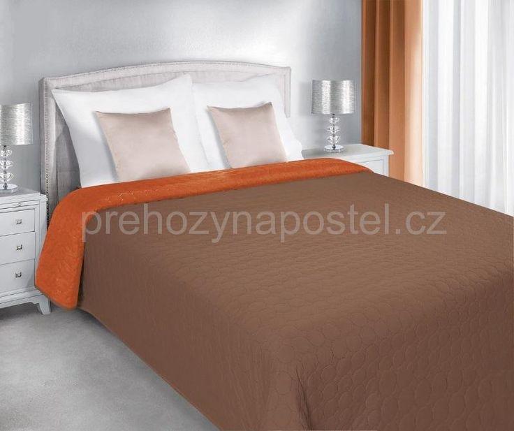 Oboustranný přehoz na postel hnědo oranžové barvy s prošíváním