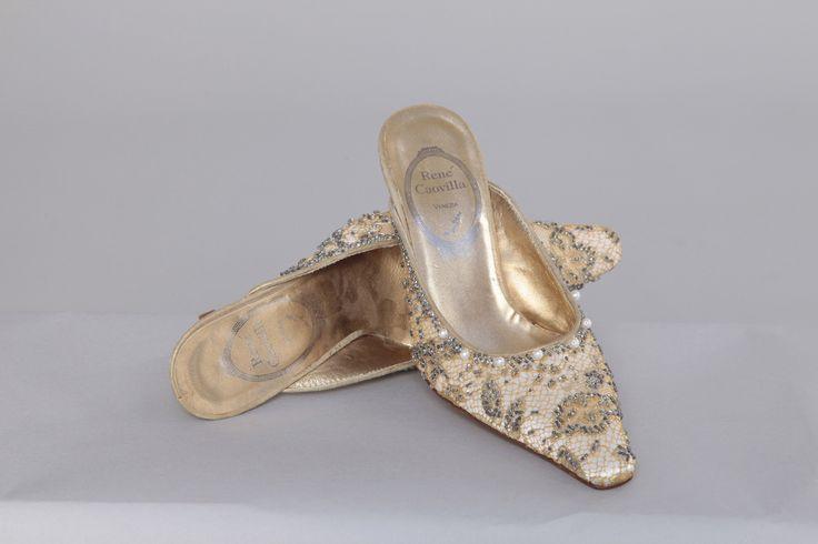 Paire de chaussures en satin blanc recouvert d'un filet brodé