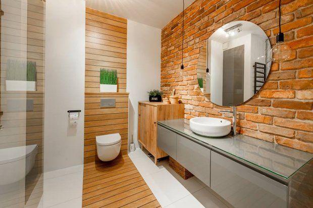 Łazienka, w której połączono drewno z cegłą