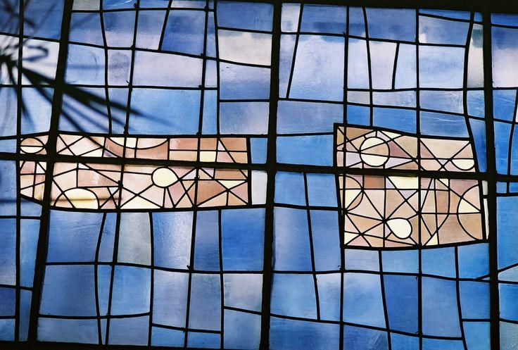 Vitraux de Léon Zack à l'église Notre-Dame-des-Pauvres à Issy-les-Moulineaux, construite en 1955 par les Chantiers du Cardinal (architecte : Lombard)
