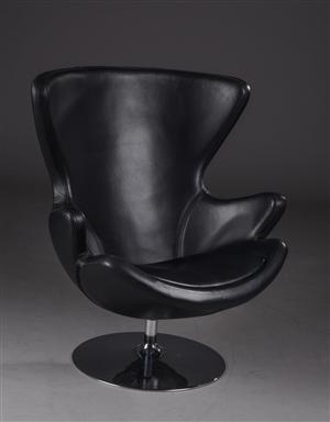Lænestol med betræk af sort læder på drejesokkel af forkromet stål.