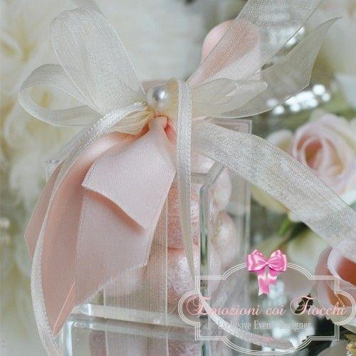 Scatolina in plexiglass con coperchio decorata con nastri nella variante colore rosa,impreziosita con fiocchi in organza e piccola perla, 5 confetti di mandorla http://www.emozionicoifiocchi.com/collezioni/241-be058.html #bomboniere #wedding #shoponline