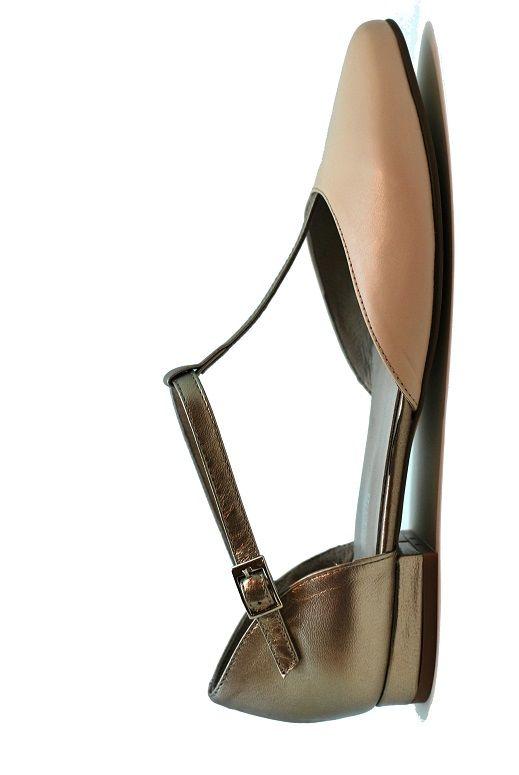 Zapato de punta fina plano, realizado en piel por dentro y fuera. Horma cómoda.  PVP 59 euros. Disponible en www.dicarolo.com