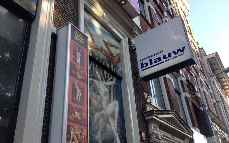 Blauw aan de Wal: culinaire verrassing op de wallen Midden op de wallen, tussen de seksshow's en de rode lampen, op de plek waar je het allerminst verwacht vind je Blauw aan de Wal. Een klein charmant restaurant, een knipoog op deze bijzondere plek met bijna sterwaardige culinaire gerechtjes. Met bijpassende prijzen, maar daar krijg je wel een unieke ervaring in hartje Amsterdam voor terug.