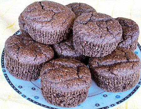 Kávés muffin gluténmentes - Hozzávalók 16 db-hoz:      1,5 dl mandulaliszt     1,5 dl kókuszliszt     1,5 dl GM zabpehelyliszt     1,5 dl cirok és rizsliszt (együtt összesen)     2 evőkanál tápióka keményítő     1 evőkanál kakaó     1 csomag foszfátmentes sütőpor vagy 1 púpozott teáskanál szódabikarbóna     5-6 evőkanál, ízlés szerinti édesítő: Stevia, Csicsókasűrítmény, Juharszirup, Nyers nádcukor (Rapadura), Kókuszvirágcukor, méz vagy cukornád melasz.     Késhegynyi himalája só, vaníliapor…