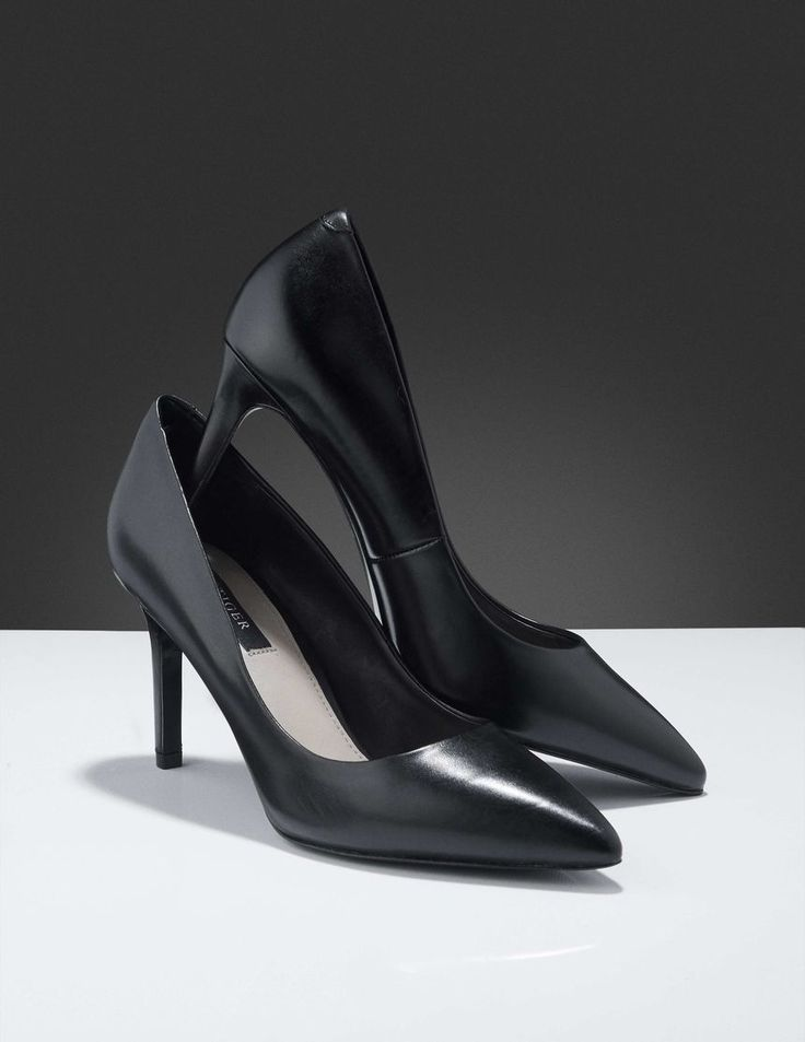 Vivienne pumps-Women's pump in calf leather. Classic style with a sleek, slim silhouette. Pointy toe. Full leather interior. Heel: 8 cm.