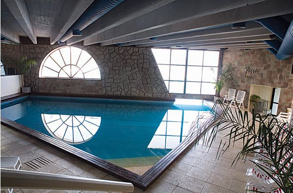 NL. Hotel Piscis: binnenzwembad  FR. Hôtel Piscis: piscine intérieure. DE. Hotel Piscis: Innenschwimmbad   EN. Hotel Piscis: indoor swimming pool